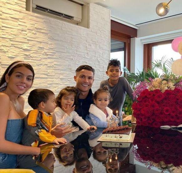 Van l naar r: Georgina, Mateo, Eva, Cristiano, Alana Martina en Cristiano Jr.