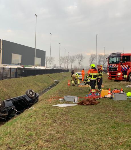 Vrouw zwaargewond na crash op A2 bij Velddriel: brandweer gebruikt heftruck