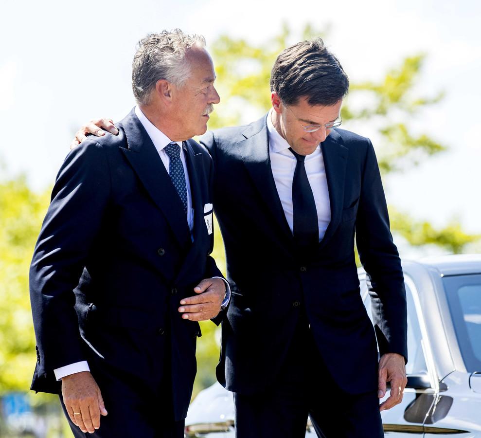 Piet Ploeg - zijn broer Alex is nog steeds niet geïdentificeerd - samen met premier Mark Rutte.