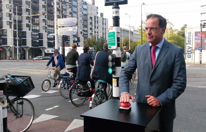 Wethouder Pex Langenberg nam onder meer de warmtesensor op het Churchillplein in Rotterdam in gebruik.