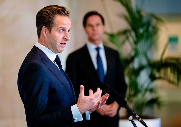 De oppositie ziet het liefst dat premier Rutte en minister De Jonge terugkeren van vakantie nu het aantal coronabesmettingen weer oploopt. Tijdens de vakantie werken ze gewoon door. Beeld ANP