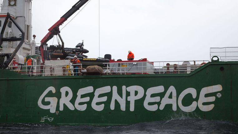Greenpeace gooit grote zwerfkeien in zee in natuurgebied de Klaverbank, op ongeveer 160 kilometer van Den Helder. De actie is bedoeld als protest tegen 'het gebrek aan daadkracht van de Nederlandse regering om de Noordzeenatuur te beschermen'. Beeld anp