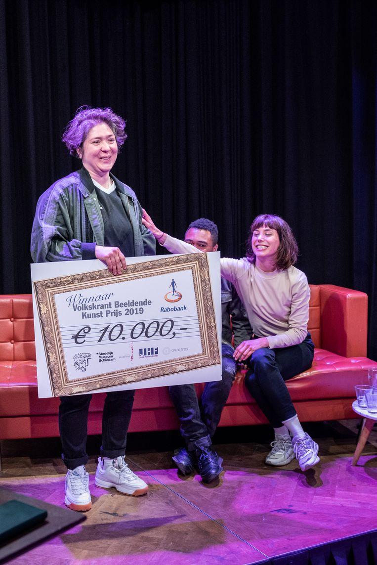 Funda Gül Özcan donderdagavond nadat ze de Volkskrant Beeldende Kunst Prijs 2019 in ontvangst heeft genomen. Beeld Simon Lenskens