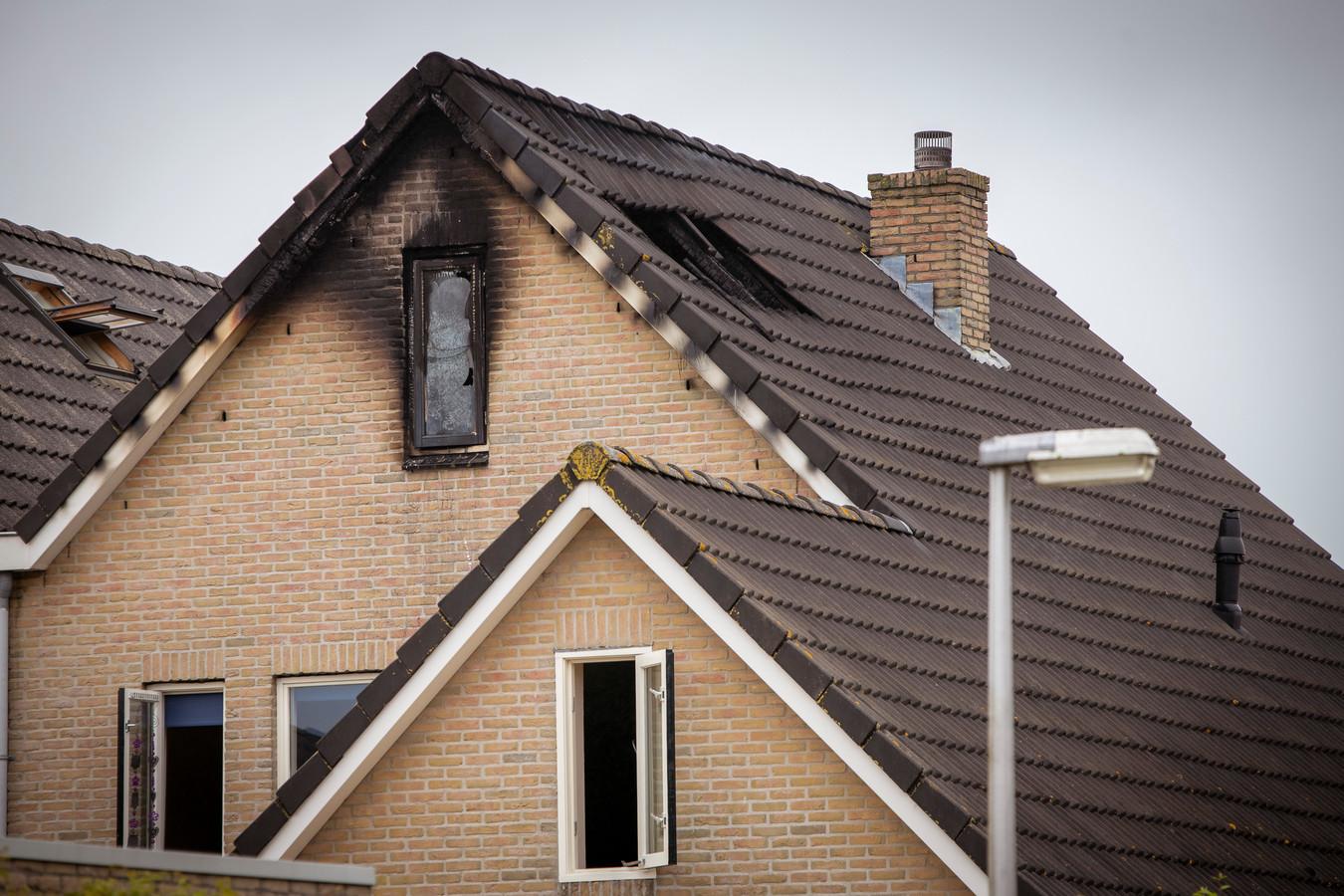 Bij een brand aan het Zwartewaterland in Nieuwleusen kwam een man van 22 om het leven.