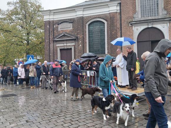 De Sint-Hubertusviering lokte, ondanks de regen, opnieuw veel volk.