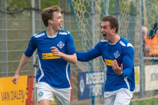 Felicitaties voor Jelmer Goedhart (links) nadat hij RKHVV op een 1-0 voorsprong heeft gezet.