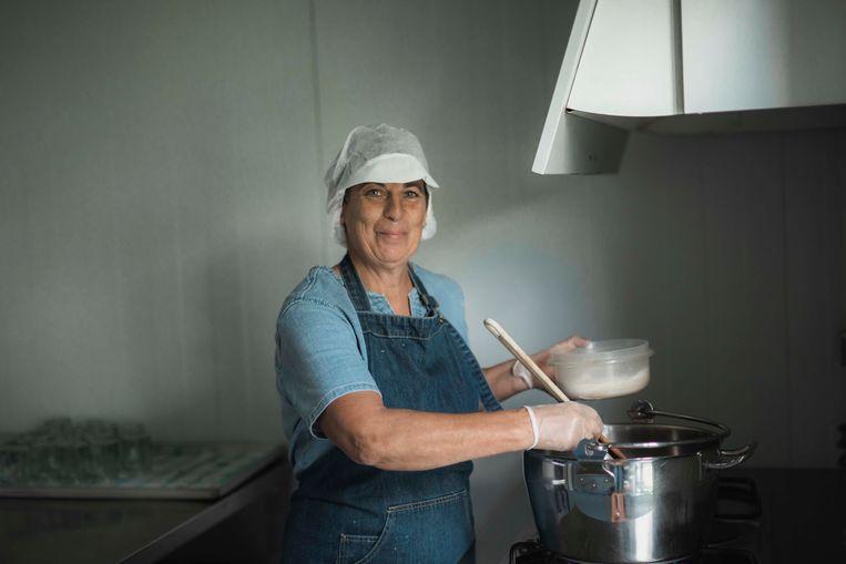 Agnes Jacobs is confituur aan het maken.