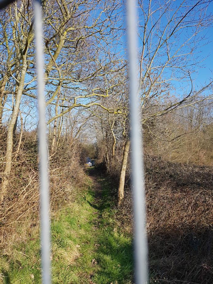 Het Klarenbeeksepad in Ouddorp is afgesloten met een hek.