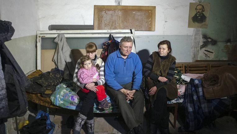 Lokale bevolking zoekt dekking in een schuilkelder in Donetsk Beeld reuters