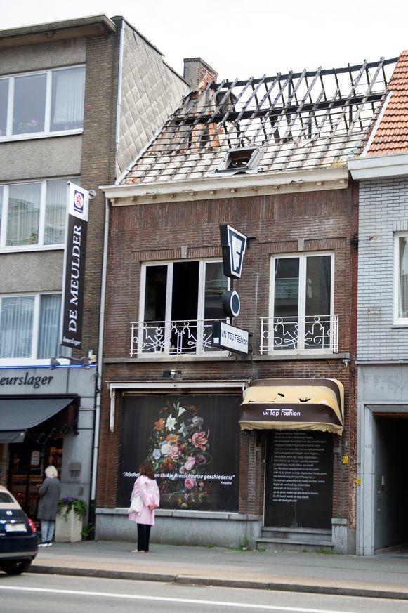 Het uitgebrande winkelpand van VN Top Fashion aan de Bredabaan in Brasschaat.