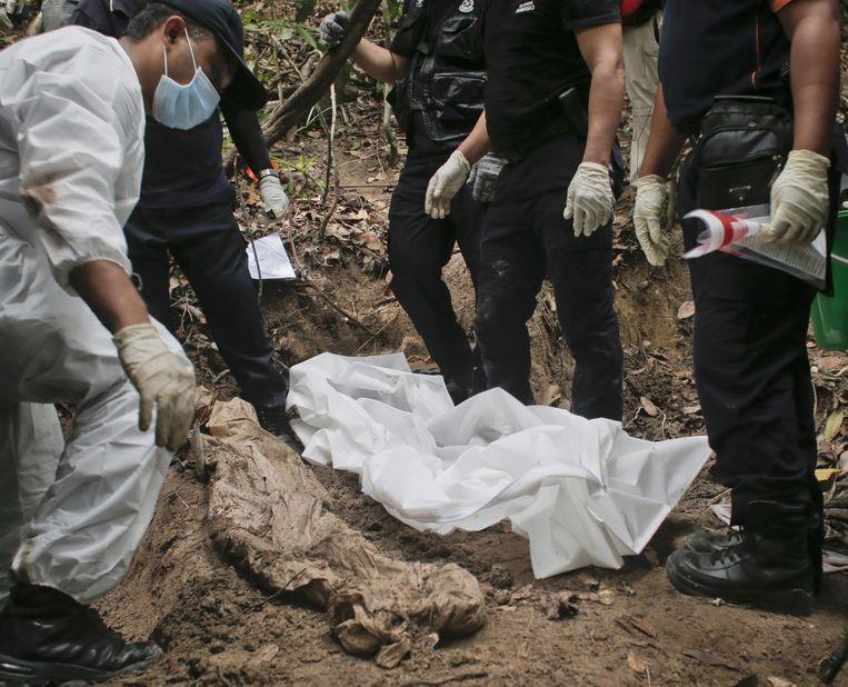 In mei werden bij de Maleisische grens met Thailand 139 graven gevonden van slachtoffers van mensenhandel. Beeld epa