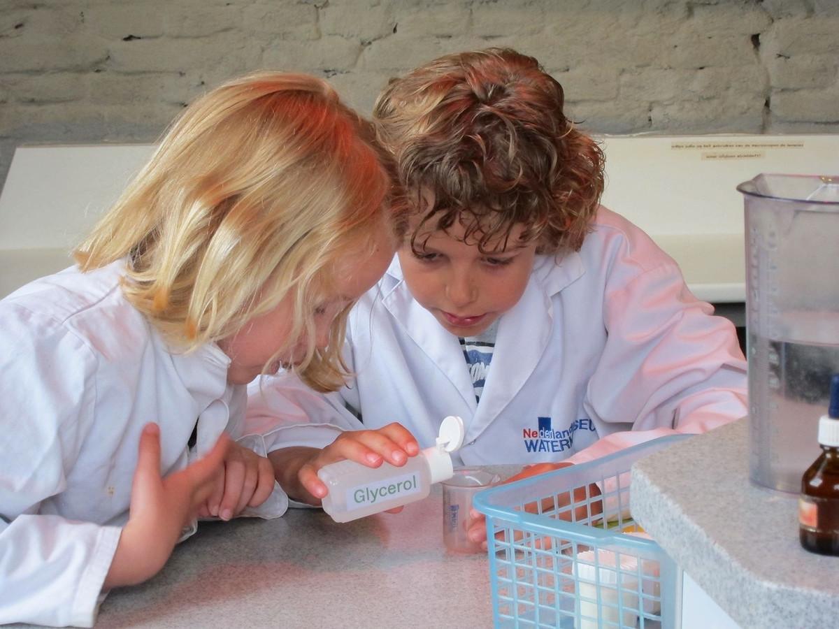 Kinderen doen een experiment in het Nederlands Watermuseum aan de Zijpendaalseweg in Arnhem.