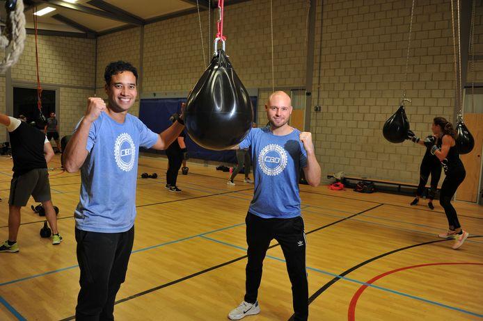 Milton van Zeijl (links) en Matthy Leendertse tijdens een van hun lessen CardioBoxing in de gymzaal in Dubbeldam.