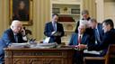 Trump belt met Poetin. Van links naar rechts zijn stafchef Reince Priebus, vice-president Mike Pence, senior adviseur Steve Bannon, communicatieadviseur Sean Spicer en veiligheidsadviseur Michael Flynn.