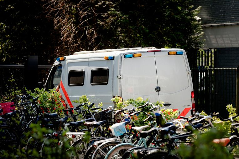 Een busje van de politie voor gedetineerdenvervoer komt aan bij de rechtbank voorafgaand aan de uitspraak Beeld anp