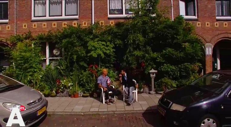 Waldy van Geenen met een bewoner in de Nova Zemblastraat in West. Beeld At5