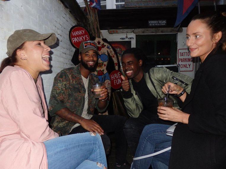 Leonie Heijmans ('vriendin'), rapper Stepherd, rapper Skinto en fotograaf Maxie (vlnr) vatten het feest uitstekend samen. Vrolijk. Beeld Schuim