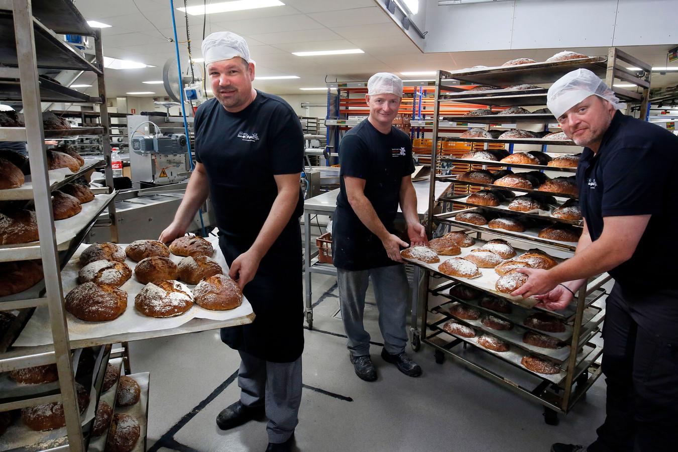 Michel (midden) en Arto (rechts) van der Grijn en halfbroer Leon te midden van het dadelnotenbrood in de bakkerij in Groot-Ammers.