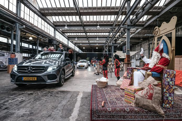 Sinterklaas op bezoek in Ulft. De bijzondere 'intocht' leidde tot een rij van bijna 400 auto's.