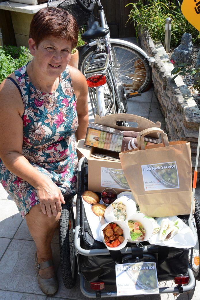 Manuealla Vermoesen brengt met haar bakfiets picknickmanden rond in de parken van Beveren.