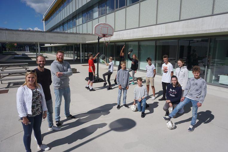 Leerkrachten Morgane Vantiggel en Geert Engelen, en Lars Wallaeys beleefden met de leerlingen van de eerste graad een prima schoolstart.