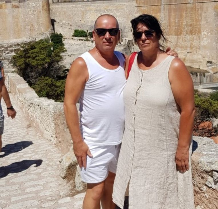 Willy Ribus en Diane Poels kochten in Corsica onder meer een goedkope short en een kleedje omdat ze ondertussen al 96 uur op hun bagage wachten.