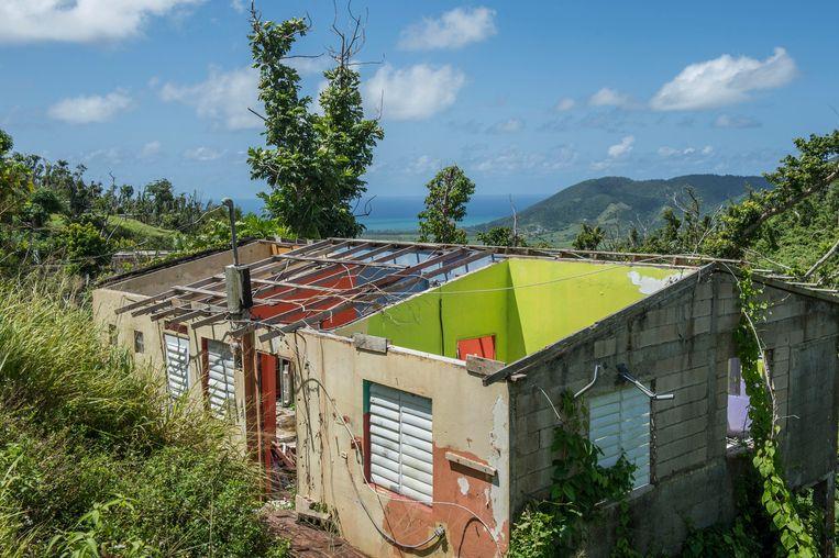 Een leegstaand huis waarvan het dak is afgewaaid tijdens orkaan Maria.  Beeld Cynthia van Elk