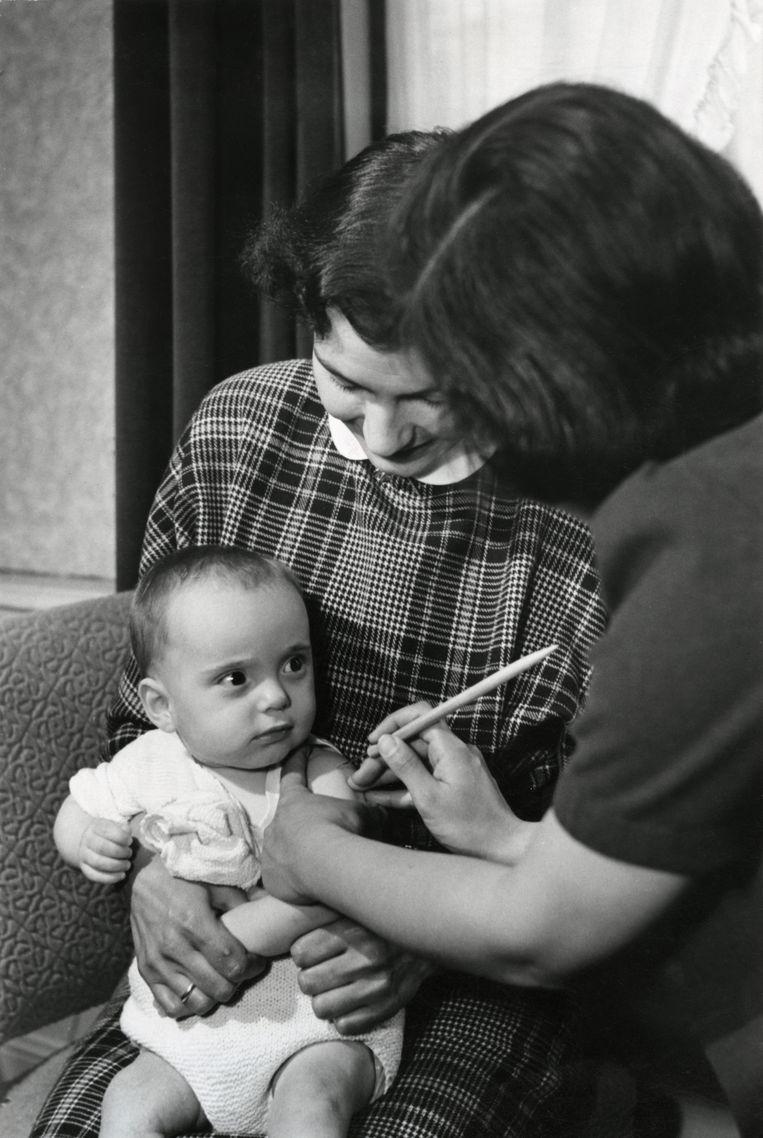 Een kind wordt tegen pokken gevaccineerd (1951). Beeld Nationaal archief / Collectie Spaarnestad / Henk Hilterman