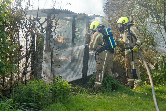 De brandweer was snel ter plaatse maar kon niet veel meer doen dan de resten nablussen.