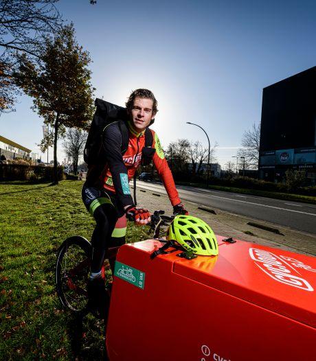 De fietskoeriers van Cycloon in Hengelo fietsen op bruine boterhammen: 'Sportief zijn zit in onze cultuur'