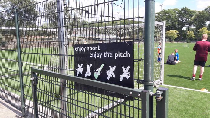 Het nieuwe kunstgrasveld van Avanti in Schijndel had last van kinderziektes. Bij WEC in Wijbosch is het nog steeds niet zoals het hoort. Spelers liepen hier van het veld af tijdens hun training.