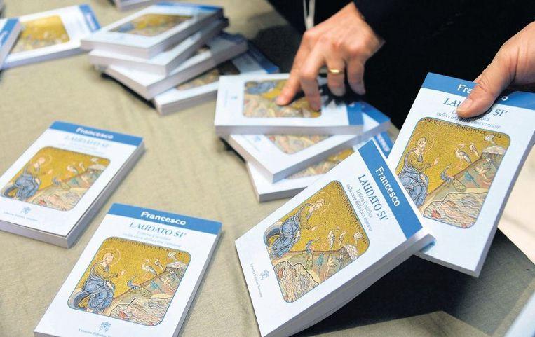 Exemplaren van de encycliek Laudato si', die gisteren in het Vaticaan werd gepresenteerd. Paus Franciscus roept hierin op tot een minder consumptieve levensstijl. Beeld afp