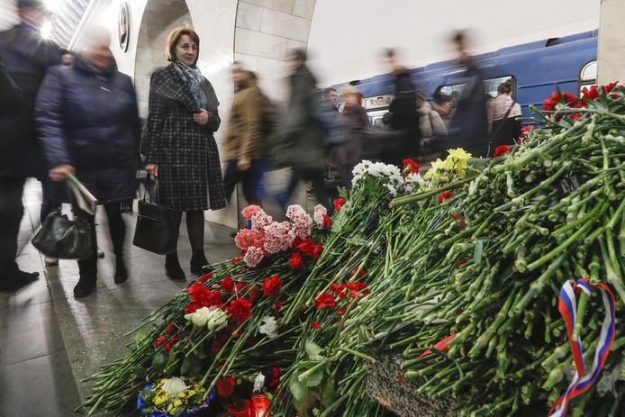 Bloemen in de metro van Sint-Petersburg ter nagedachtenis van de mensen die omkwamen bij de aanslag.