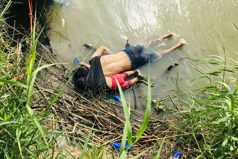 De lichamen van Óscar Alberto Martínez Ramírez en zijn dochterje Valeria, migranten uit Salvador. Beeld AP