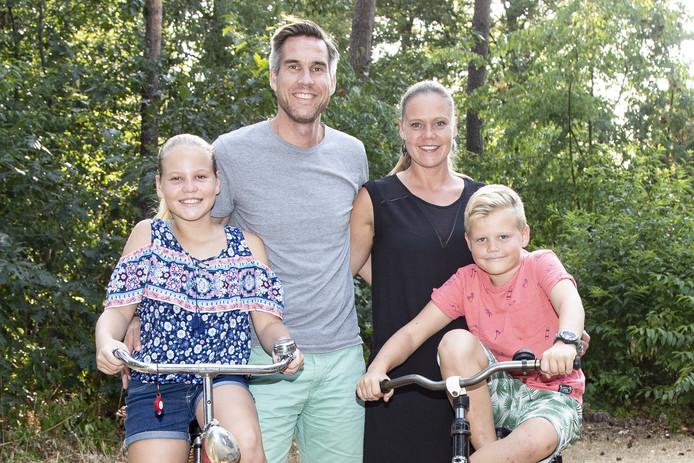 Oud-Holtenaren Karin Hauptmeijer en Herbert Beldman en hun kinderen Lindi en Thijne zijn even terug in Nederland.