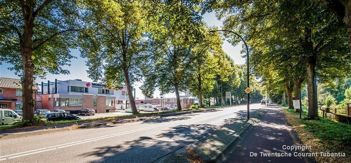 Morssinhof Beton (links) heeft vestigingen aan de zuid- en noordkant van het Twentekanaal. De Haaksbergerstraat gaat vanaf 5 september tot 16 oktober dicht.