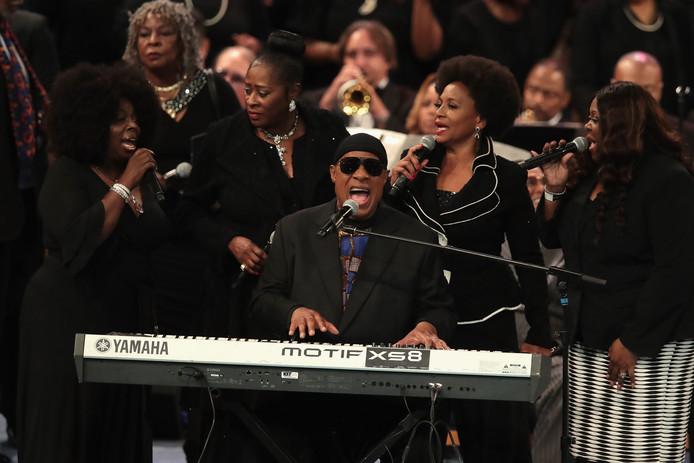 Onder anderen Stevie Wonder bracht een eerbetoon aan Aretha Franklin tijdens de begrafenisplechtigheid in de Greater Grace Temple in Detroit.