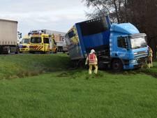 Vrachtwagenchauffeur raakt onwel op N36 en crasht