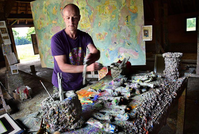 Kunstenaar Marc Mulders aan het werk in zijn atelier in Middelbeers. Beeld null