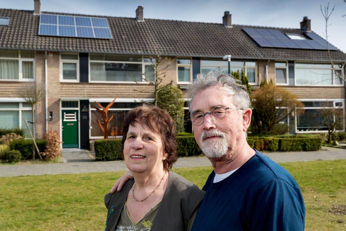 Peter Dau en zijn vrouw Jeannette willen graag zonnepanelen op hun dak. De gemeente vindt deze mensen te oud voor een voordelige duurzaamheidslening.