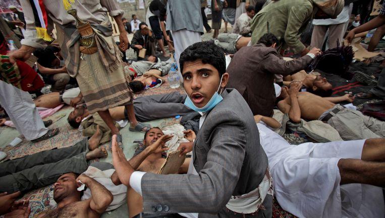 Gewonde anti-regeringsdemonstranten vandaag in Jemen. Beeld ap