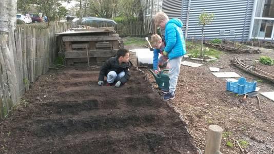 Leerlingen van Casa werken in de tuin