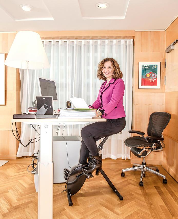 Over demissionair minister Edith Schippers: ,,Bij een bedrijf als Ernst & Young zou zij niet wegkomen met haar outfits. Soms denk ik wel jeetjemina als ik op het Binnenhof rondkijk.''