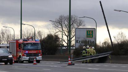 Groot signalisatiebord komt op snelweg terecht