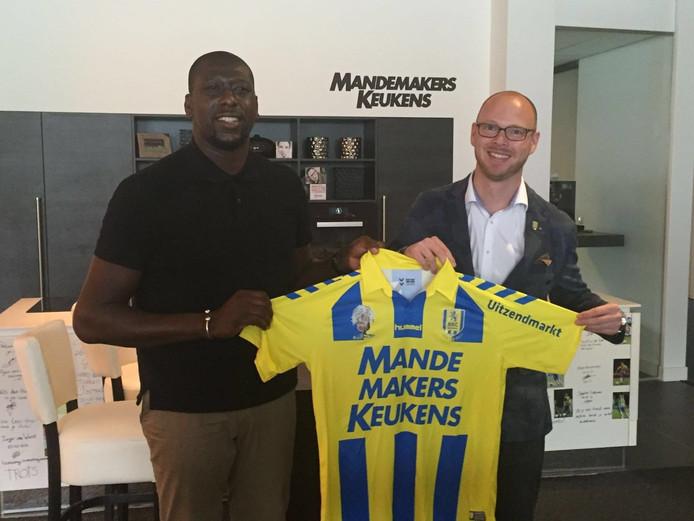 Regillio Vrede met directeur Remco Oversier van RKC Waalwijk na het tekenen van zijn tweejarige contract.