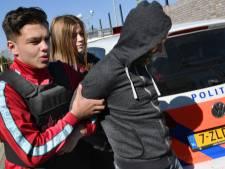 Deshano (15) en Nikki (14) lopen mee met de politie tijdens Doe Dag in Houten