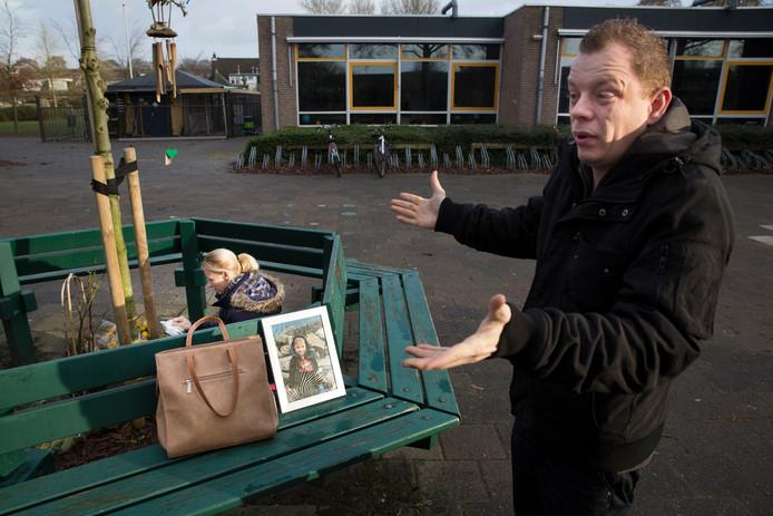 Vincent Pover, oom van Maurycy (4) bij de gedenkplek voor de school waarop de kleine jongen zat.
