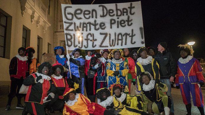 Videostill van het propietenprotest in Deventer, voorafgaand aan een raadsvergadering.