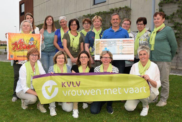 De dames van KVLV Lichtervelde overhandigen een cheque aan vzw Kloen.