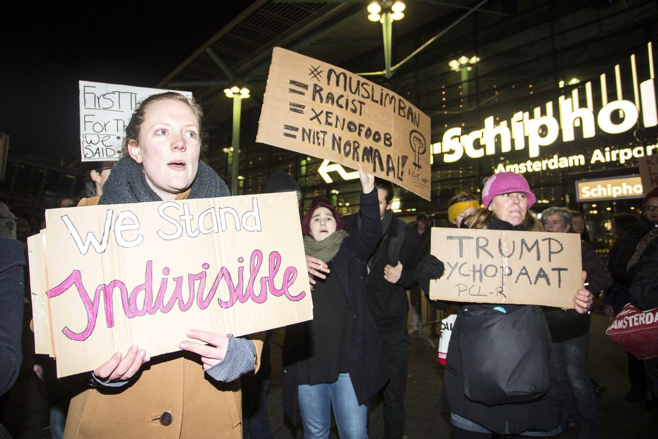 Protesten op Schiphol over het inreisverbod naar de VS